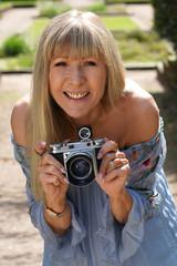 Ältere Frau macht Fotos