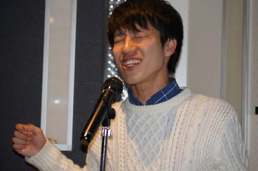 カラオケで歌う男性