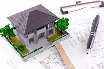 住宅図面とペン