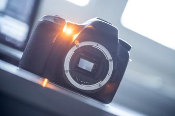 Spiegelreflexkamera ohne Objektiv auf Tisch