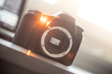 Spiegelreflexkamera ohne Objektiv auf Tisch, Sonnenschein