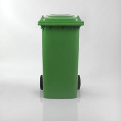 Bidone della Spazzatura Verde per la raccolta differenziata su sfondo bianco