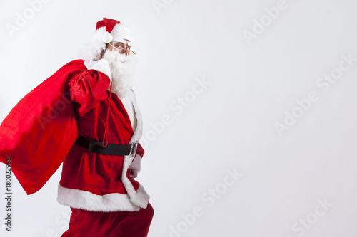 Sfondi Babbo Natale.Babbo Natale Con Il Suo Sacco Rosso Pieno Di Regali Passa E Ci Guarda Sfondo Bianco Wall Mural Alex Pin