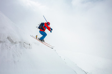 Fototapete - good skiing in the snowy mountains.