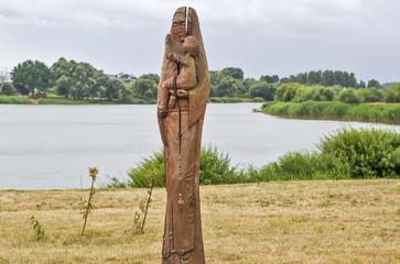 Деревянная скульптура женщины с ребёнком на берегу пруда. Несвиж. Беларусь