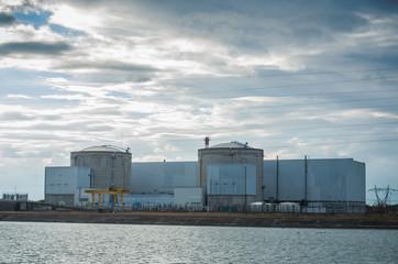 centrale nucléaire de Fessenheim au bord du Rhin par ciel nuageux