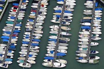 Luftaufnahme von Segeljachten in einem Jachthafen am Schweizer Ufer des Bodensees