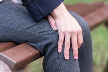 膝をさする女性