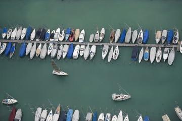 Luftaufnahme von Segeljachten im Jachthafen Romanshorn am Bodensee