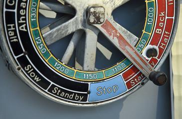 Maschinentelegraf mit englischer Beschriftung