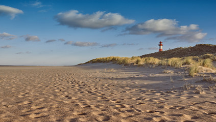 Leuchtturm in den Dünen an der Küste