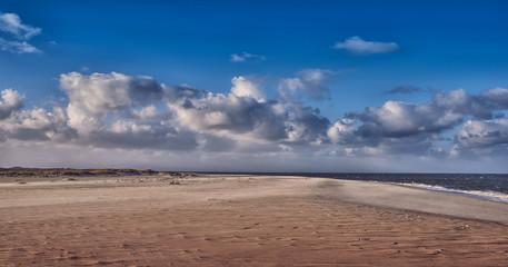 Küste mit dramatischem Himmel