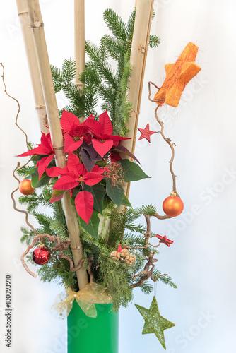 Festliche Weihnachtsdekoration Mit Bambus Und Weihnachtsstern Stock
