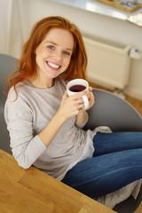 frau genießt eine tasse tee zu hause