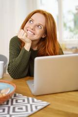 glückliche frau mit laptop