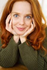 frau mit langen roten haaren und blauen augen