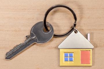 porte-clés maison couleur sur fond bois