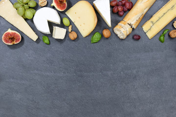 Käseplatte Schweizer Käse Platte Brot Camembert Textfreiraum Schiefertafel von oben