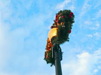 Weihnachtskranz an einer Straßenlaterne
