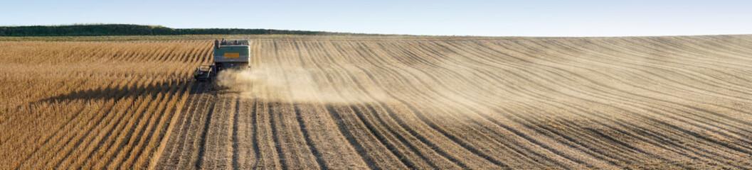 Panoramique moissonneuse-batteuse récolte soja
