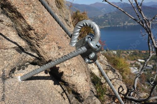 Klettersteig Italien : Verankerung des drahtseils im granit am klettersteig via ferrata