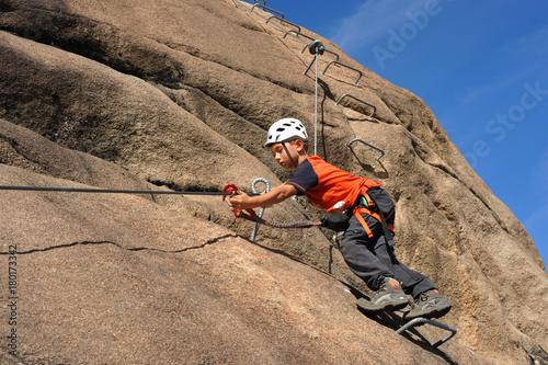 Klettergurt Mit Selbstsicherung : 6 jähriger kletterer beim umhängen der selbstsicherung im