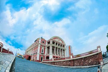 Teatro Amazonas - Monumento em perspectiva com céu azul