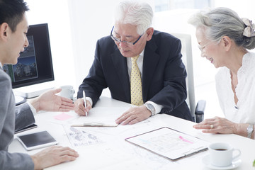 The sales staff explains how to write a contract to an elderly couple