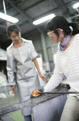 ガラス工房の女性