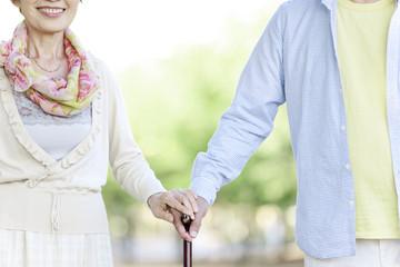 杖をつくシニア夫婦
