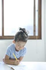 机に向かって勉強する女の子