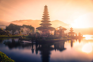 Photo sur Plexiglas Cappuccino Pura Ulun Danu Bratan, Hindu temple on Bratan lake landscape with lens flare at sunrise in Bali, Indonesia.