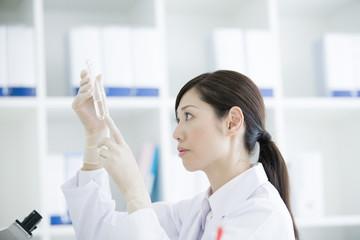 薬品の研究をする30代女性