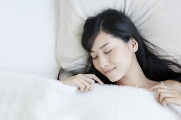ベッドで睡眠をとる女性 Wall mural