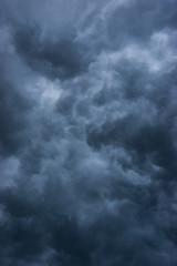 Dunkle Wolken kurz vor einem Gewitter im Sommer