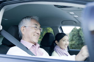 ドライブを楽しむシニアカップル
