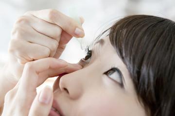 目薬をさす20代女性