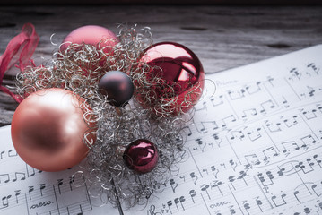 Alte handgeschriebene Musiknoten mit roten Weihnachtskugeln, Weihnachten, xmas