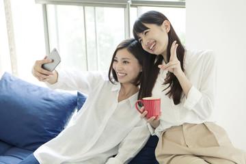自撮りをする20代女性2人