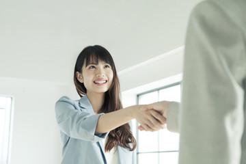握手をするの20代女性