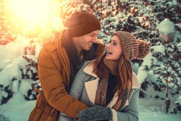 Paar hat spaß im Winterurlaub