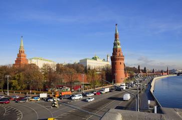 Москва. Башни и стены Кремля на берегу Москвы-реки.