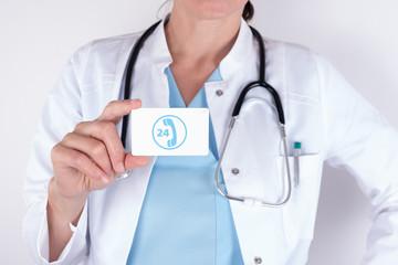 Mediziner mit kleiner Tafel zur Sprechstunde in der Arztpraxis