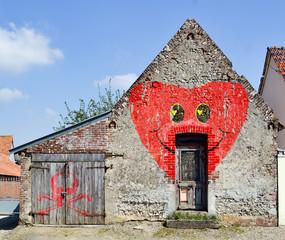 Graffiti sur une vieille maison