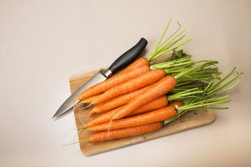 Frische geerntete Karotten schneiden