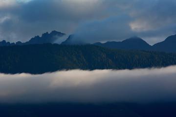 wolkenwand im tal in den südtiroler bergen