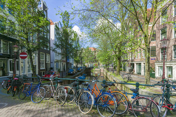 Fahrraeder auf einer Bruecke über eine Kracht in Amsterdam