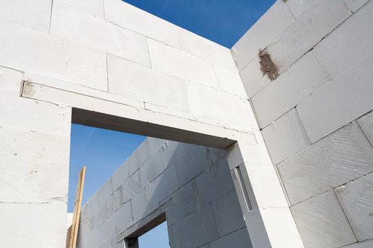 Mauer aus Porenbeton auf Baustelle