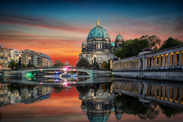 Poster Berlin Der Berliner Dom an der Spree bei Sonnenuntergang