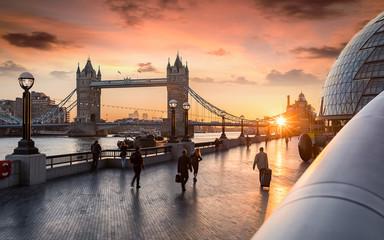 Rush Hour in London bei Sonnenaufgang: Leute laufen zur Arbeit an der Tower Bridge